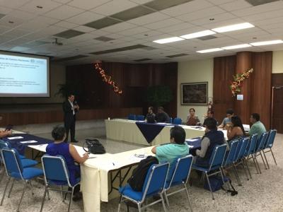 Dr. Mario Roger Hernández, gerente de Proyectos Estadísticos del BCR, expone a periodistas sobre el SCN2008