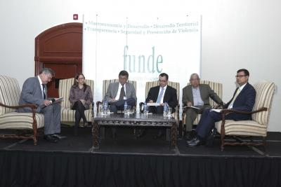 Panelistas participantes del foro económico organizado por FUNDE