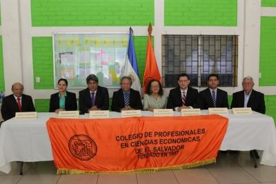 Economistas galardonados por COLPROCE en conferencia de prensa