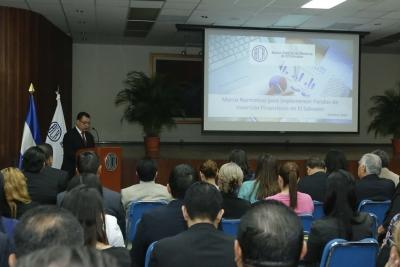El Dr. Óscar Cabrera, Presidente BCR en momentos en que brindó las palabras de apertura del Foro Marco normativo que regula a los Fondos de Inversión