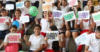 Jóvenes estudiantes participan en la inauguración de la Semana Mundial de Educación Financiera  2016