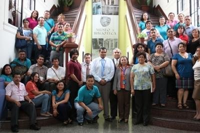 Grupo de docentes de centros escolares de Cojutepeque junto a expositores del BCR