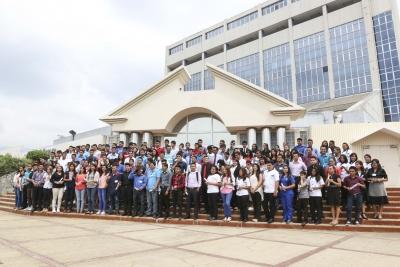 Grupo de jovenes favorecidos con el Fondo de Becas del Banco Central