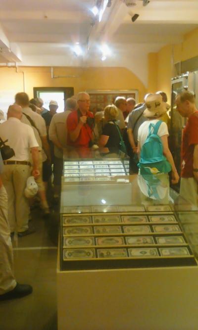 Turistas alemanes recorren instalaciones del Museo y Biblioteca Luis Alfaro Durán, del Banco Central de Reserva