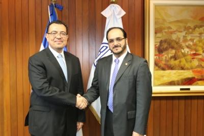 De Izq. a Der. Dr. Óscar Cabrera, Presidente BCR y Sr. Ahmed Mohamed Al-Horr, Encargado de Negocios de la Embajada de Qatar en El Salvador