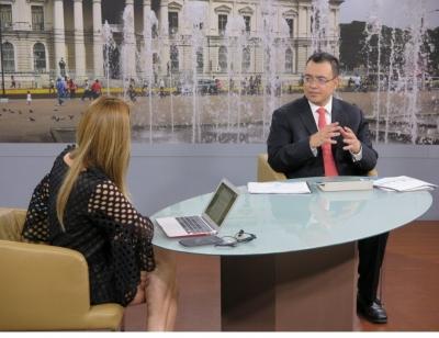 Dr. Óscar Cabrera, presidente del Banco Central de Reserva participa en la entrevista El Salvador Ahora de Canal 10 conducida por la periodista Wendy Monterrosa.