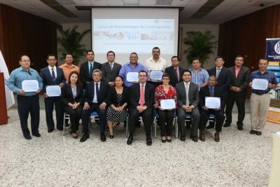 Grupo de docentes junto a autoridades BCR en acto de clausura del Curso Metodología de la Investigación.