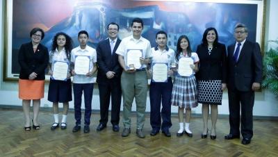 Autoridades del BCR y UTEC junto a los estudiantes ganadores del XVI Certamen de Investigación Técnica