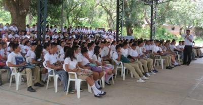 BCR capacita a jóvenes del Instituto Nacional de Suchitoto en temas de características de billetes dólares