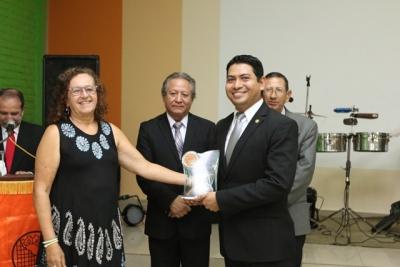 Lic. César Alvarado recibe reconocimiento por parte