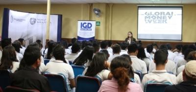 Jóvenes estudiantes participan en charlas sobre el Ahorro