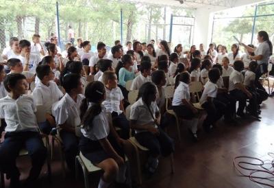 Alumnos de centros escolares de Chalatenago, prestan atención a la charla sobre la Historia de la moneda que les impartió el Banco Central
