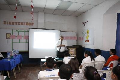 Alumnos del Instituto Nacional de San José Guayabal, participan en la charla sobre el Rol del Banco Central.